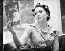 仕事について学ぶ女性イメージ
