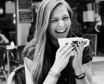 お仕事について学ぶ女性のイメージ画