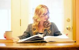 不動産について学ぶ女性
