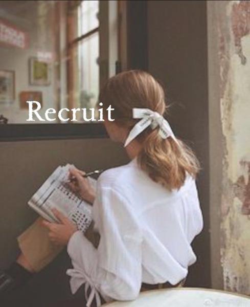 ラウンジのバイト面接の採用現状を調べる女性