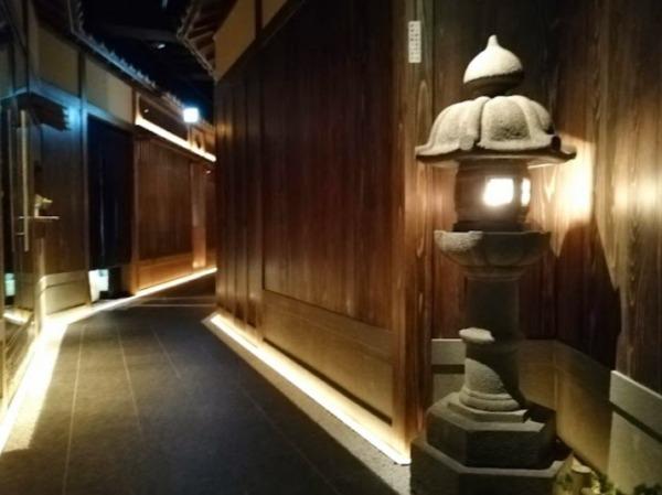 新宿歌舞伎町キャバクラ『ハナビ華灯』の店内通路