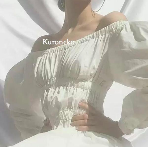 銀座キャバクラ「クロネコ」のバイト体入情報を調べる女性